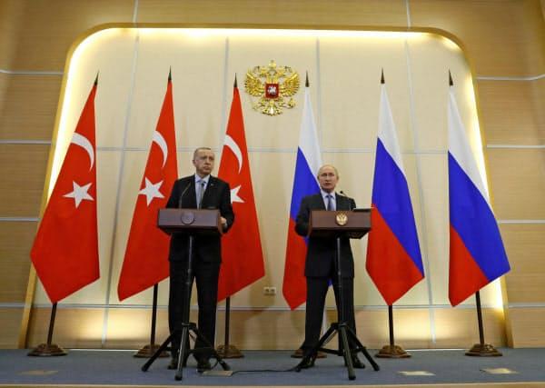 22日、ロシア南部ソチで共同記者会見するプーチン大統領(右)とエルドアン大統領=AP