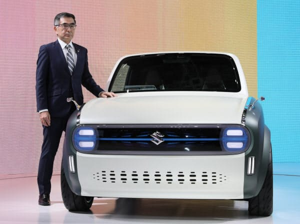 東京モーターショーでプラグインハイブリッド車「WAKUスポ」を発表するスズキの鈴木俊宏社長(23日、東京都江東区)