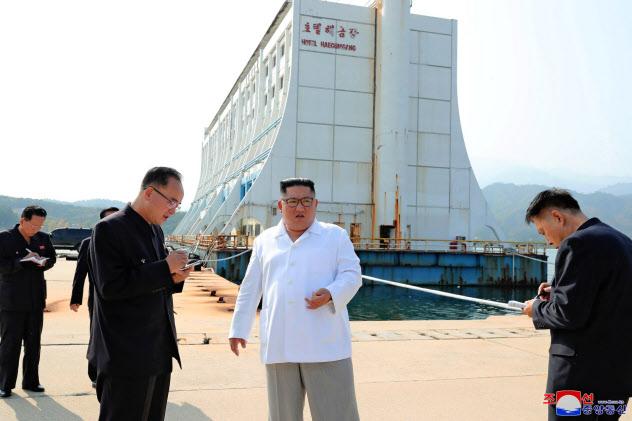 金剛山観光地区で韓国側施設の撤去を指示する金正恩氏=朝鮮中央通信・ロイター