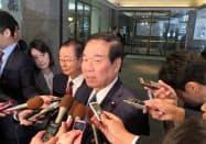韓国首相との会談後、記者団の取材に応じる額賀氏(23日午前、東京・千代田)
