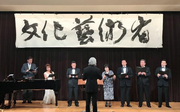 超党派議員グループによる歌声が響いた(右から4人目が参院の山東昭子議長)