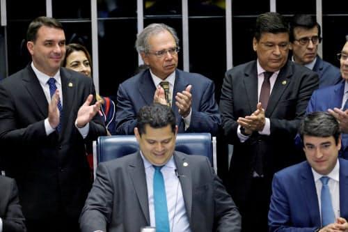年金改革法案の可決を喜ぶゲジス経済相(中央上)ら(22日、ブラジリア)=ロイター