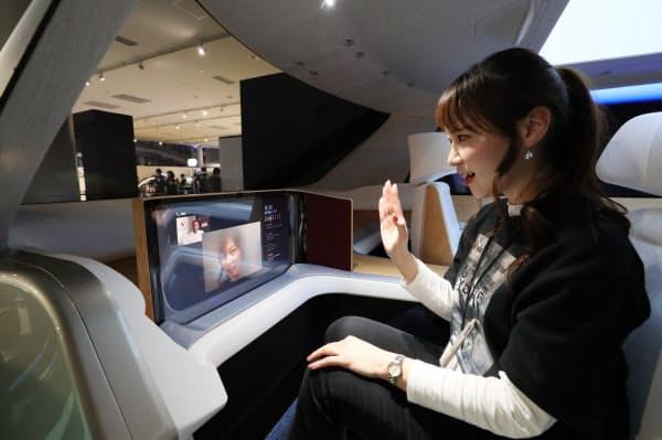 パナソニックが発表した自動運転車「スペース・エル」。車内に設置されたモニターで外部とビデオ通話が可能(23日、東京都江東区)