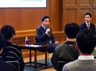 大学生と意見交換する韓国の李洛淵首相(23日午前、東京都港区)