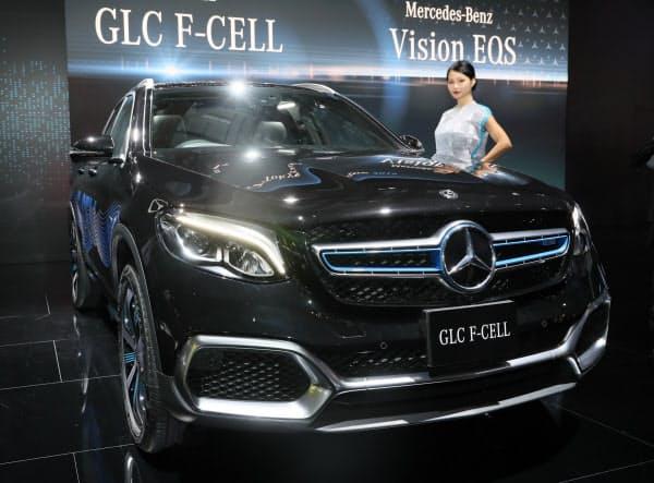 東京モーターショーでメルセデス・ベンツが発表した燃料電池プラグインハイブリッド車の「GLC F-CELL」(23日、東京都江東区)