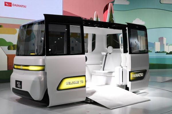 ダイハツが公開したスロープ付き自動運転車「ICOICO」(23日、東京都江東区)