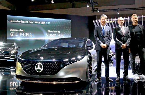東京モーターショーでメルセデス・ベンツが発表した電気自動車の「Vision EQS」(23日、東京都江東区)
