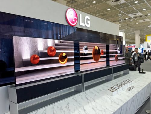 LGは巻き取れる有機ELテレビを開発したが、販売の先行きは不透明だ(ソウル市での展示会)