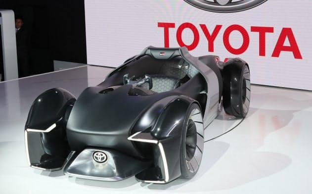 東京モーターショーでトヨタ自動車が発表した「TOYOTA e-RACER」(23日、東京都江東区)