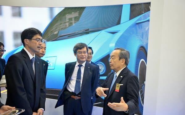 ノーベル賞受賞者の天野浩・名大教授(中)らは、トヨタ自動車の内山田竹志会長(右)と意見交換した