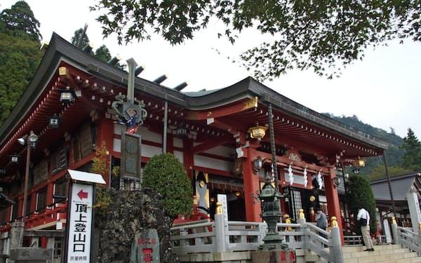 大山阿夫利神社の下社。左へ行くと山頂への登山口がある