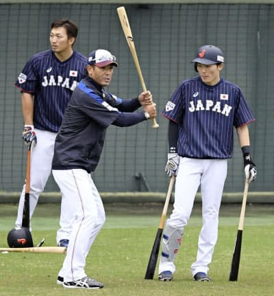 源田(右)を指導する稲葉監督。左は鈴木(23日、宮崎市)=共同
