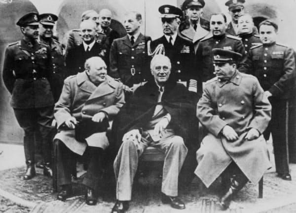 1945年2月、ヤルタで会談する(前列左から)チャーチル英首相、ルーズベルト米大統領、スターリン・ソ連首相(共同)