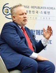 ソウル市内で記者団の取材に応じるスウェーデン外務省のハシュテッド朝鮮半島特使=23日(聯合=共同)