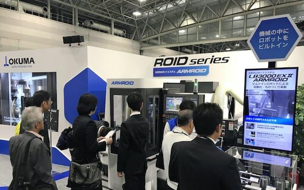 工作機械各社はロボットなどを活用した自動化を提案した(23日、名古屋市)