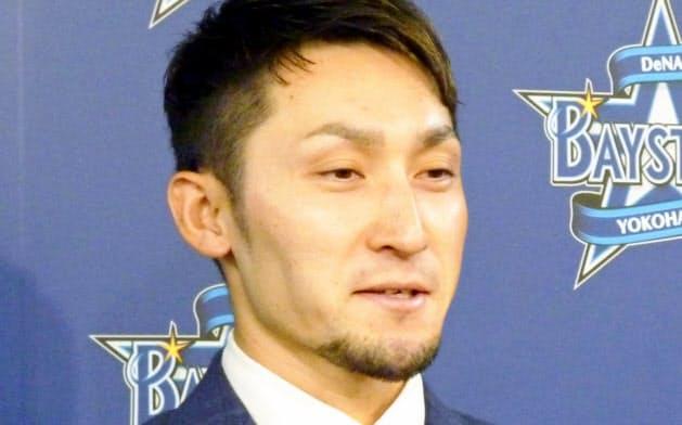 記者会見で、残留を表明したDeNAの伊藤光捕手(23日、横浜市の球団事務所)=共同
