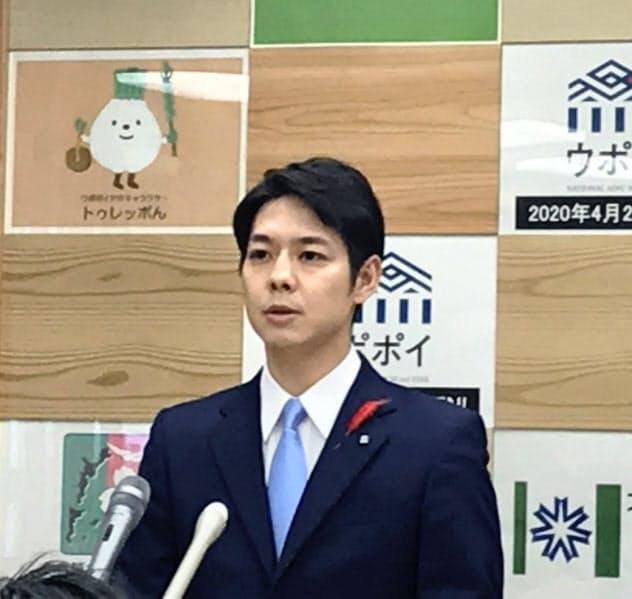 記者会見する北海道の鈴木知事(23日、北海道庁)