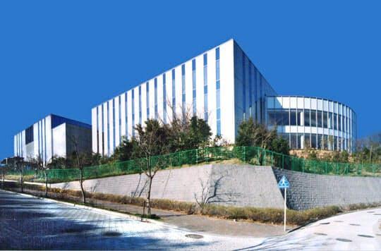 アイネットは自社保有する衛星アンテナやデータ処理施設を活用する(横浜市のデータセンター)