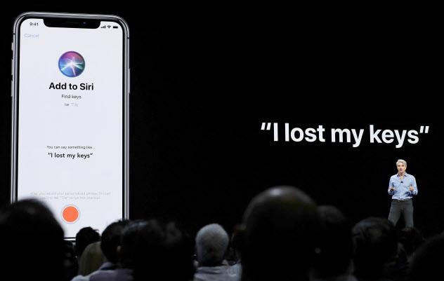 米アップルは音声データをヒトが分析していた件で、集団訴訟を起こされた(音声アシスタント機能「シリ」の説明をするアップル幹部、米カリフォルニア州)=AP