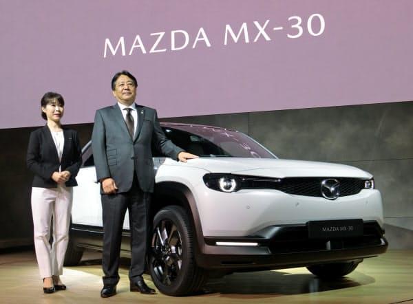 新EVを発表するマツダの丸本社長(右、23日、東京都江東区)