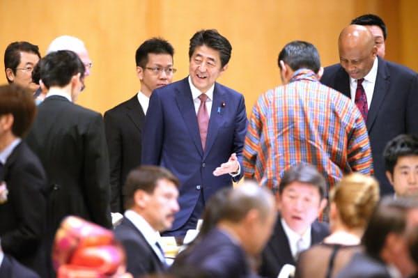 晩さん会を前に、各国の要人と談笑する安倍首相(23日、東京都千代田区)