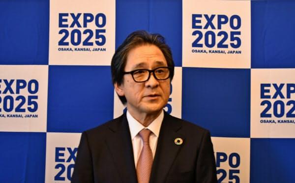 記者の質問に答える石毛博行事務総長(23日、東京・千代田)
