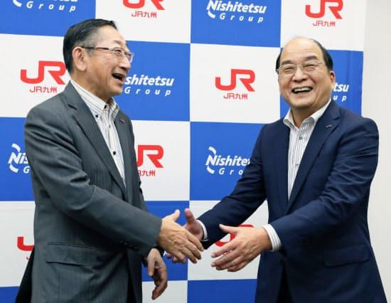 連携を発表し、握手するJR九州の青柳社長(左)と西鉄の倉富社長(23日、福岡市博多区)