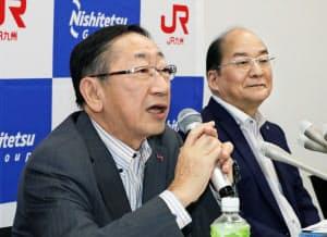 連携サービスについて説明するJR九州の青柳社長(左)と西鉄の倉富社長(23日、福岡市博多区)