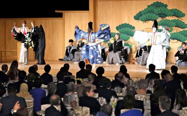 五穀豊穣を祈り舞う「三番叟」。左から吉田玉男さんが人形を遣う文楽、野村萬斎さんの狂言、市川海老蔵さんの歌舞伎=共同