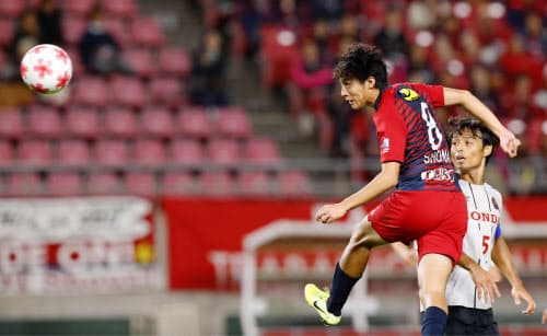 鹿島―ホンダFCの後半、ヘディングで先制ゴールを決める鹿島・土居(23日、カシマ)=共同