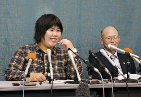 記者会見を前に笑顔を見せる西山美香さん(左)と井戸謙一弁護団長(23日、大津市)=共同