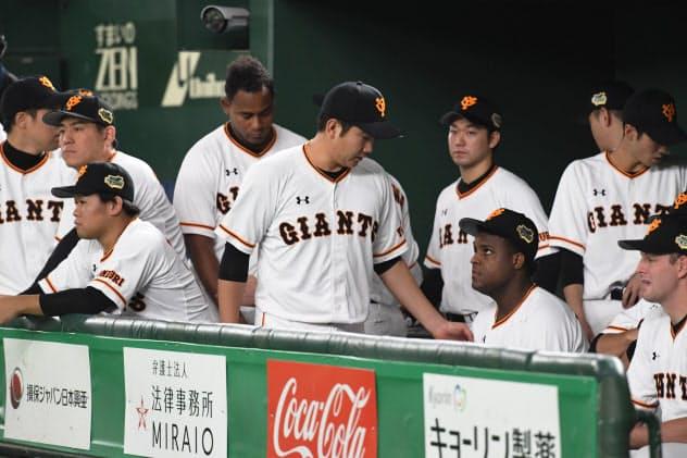 4連敗で日本シリーズを終え消沈する巨人ベンチ