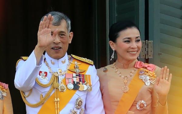 一般参賀で手を振るタイのワチラロンコン国王(左)とスティダー王妃(バンコク)=三村幸作撮影