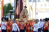 戴冠パレードをするタイのワチラロンコン国王(5月、バンコク)=三村幸作撮影