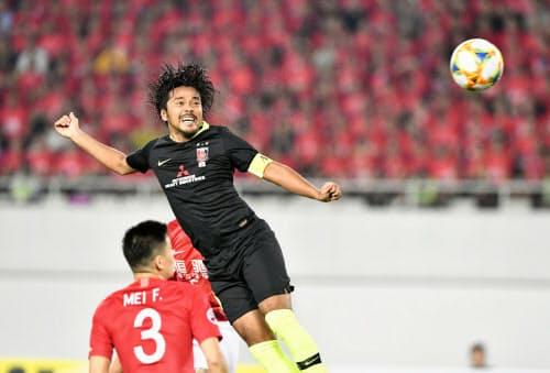 浦和―広州恒大の後半、ヘディングで先制ゴールを決める浦和・興梠(23日、広州)=共同