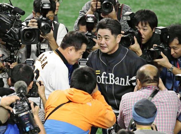3連覇を果たしたソフトバンク・工藤監督(中央右)と言葉を交わす巨人・原監督=東京ドーム