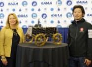 小型月面探査車の寄贈を発表するispaceの袴田武史社長(右)と米スミソニアン航空宇宙博物館のエレン・ストファン館長(23日、ワシントン)=共同