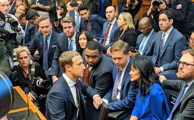 米下院の公聴会に出席したフェイスブックのザッカーバーグCEO(手前左、23日、ワシントン)