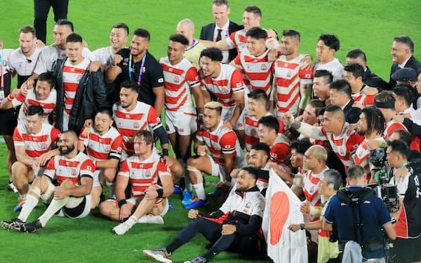 日本ラグビー協会の森重隆会長は「20年以内に招致できればいい」と説明した(日本-南アフリカの試合終了後の記念撮影)