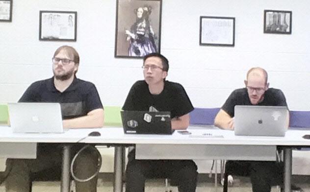 量子コンピューターによる超高速計算について説明するグーグルの研究グループ(中央がユー・チェン氏)