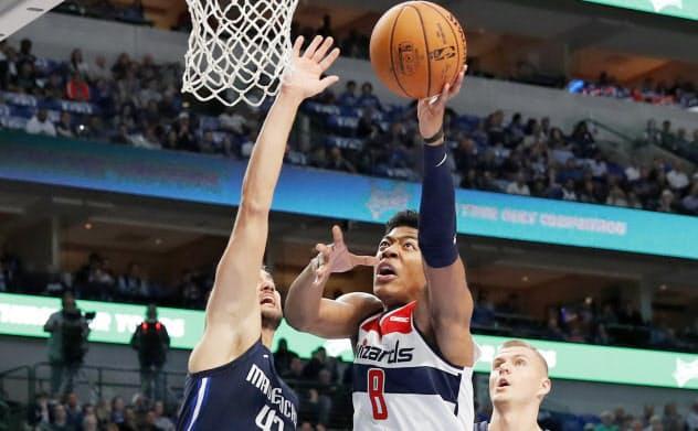 NBAマーベリックスとの今季開幕戦で先発デビューを果たし、初得点となるシュートを決めるウィザーズの八村(ダラス)=AP
