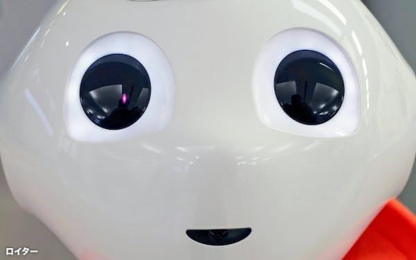人型ロボットは健康・介護分野でも活躍が期待される(岩手の空港到着ロビーに置かれたロボット)=ロイター
