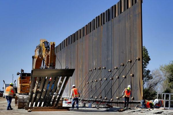 アリゾナ州で建設が進む、メキシコ国境に立つ壁(9月)=AP
