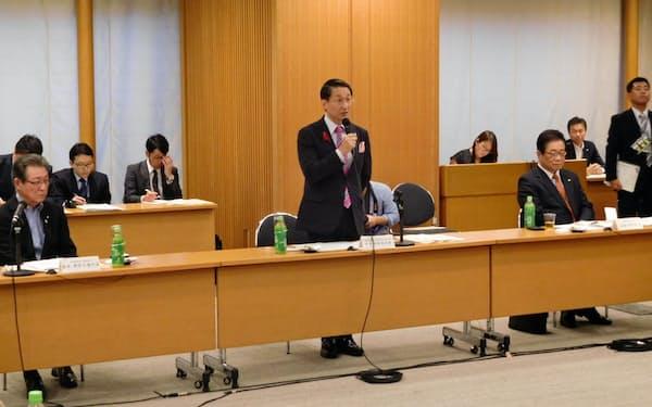 4日に開かれた国と地方の協議で発言する鳥取県の平井伸治知事(中央)