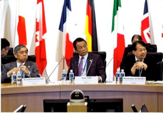 2016年5月、仙台で開いた7カ国(G7)財務相・中央銀行総裁会議で。黒田東彦日銀総裁(左)、麻生太郎財務相(中央)と