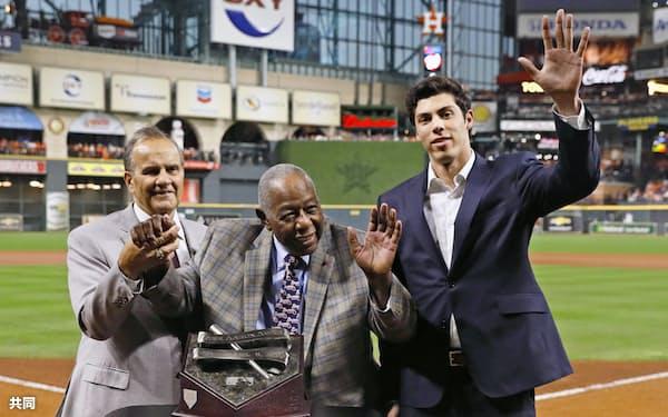 ハンク・アーロン賞を受賞したブルワーズのイエリチ(右)。中央はハンク・アーロン氏(23日、ヒューストン)=共同