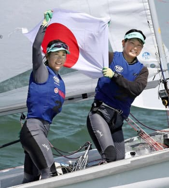 セーリングの世界選手権女子470級で2位となり、東京五輪代表に決まった吉田愛(左)、吉岡美帆組=共同
