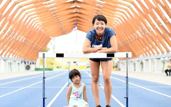娘(左)と笑顔を見せる100メートル障害の寺田明日香(9月、東京都江東区)