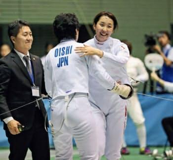 フェンシング女子エペで3大会連続五輪出場を目指す佐藤希望(右)=共同