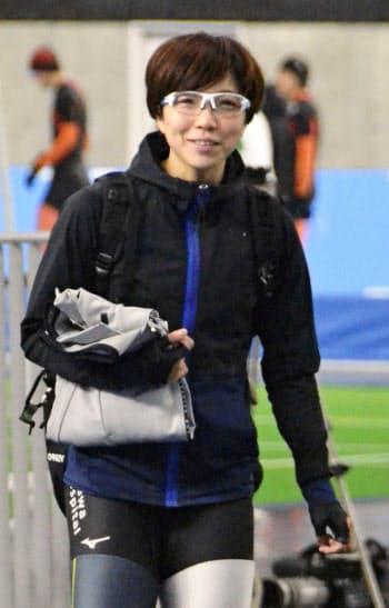 スピードスケートの全日本距離別選手権に向けた調整を終え、笑顔を見せる小平奈緒(24日、青森県八戸市)=共同